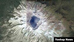 11일 위성지도사이트 '구글어스'에서 검색한 백두산 정상의 모습. (자료 사진)