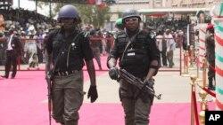 Binh sĩ chính phủ Nigeria tuần tra tại Quảng trường Eagle tại Abuja