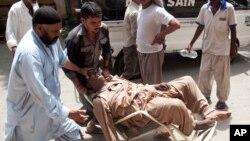 Một người đàn ông bị say nắng được đưa tới bệnh viện ở Karachi, Pakistan.