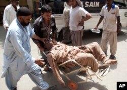 گرمی کی شدت سے بے ہوش ہونے والے ایک مریض کو ایمرجینسی میں لایا جا رہا ہے۔ گرمی کی لہر سے کراچی میں 1200 سے زیادہ افراد ہلاک ہو گئے تھے۔ جون 2015
