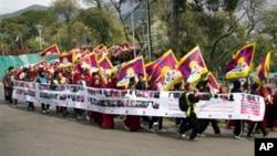 Warga Tibet di pengasingan meneriakkan slogan saat menggelar peringatan pergolakan menentang pemerintahan China di Tibet tahun 1959 yang gagal, di Dharmsala, India (10/3). Polisi India berhasil menggagalkan upaya bunuh diri seorang warga Tibet, Dawa Dhondup yang ikut bergabung dalam peringatan ini.