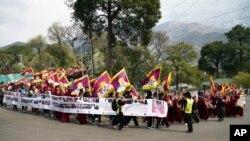 Người Tây Tạng lưu vong tuần hành tại Dharmsala kỷ niệm cuộc nổi dậy bất thành năm 1959 chống lại sự cai trị của Trung Quốc.