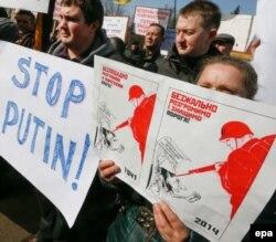 지난 2014년 3월 우크라이나 수도 키예프에서 반 러시아 시위를 벌이고 있는 시민들.