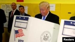 Le candidat présidentiel républicain Donald Trump vote à la PS 59 à New York, New York, 8 novembre 2016.