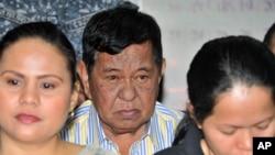 菲律賓2009年政治大屠殺案被控主謀安達爾.安普圖安(中)2012年3月在法庭上