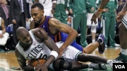 Forward Boston Celtics Kevin Garnett (kostum putih) berebut bola dengan pemain New York Knicks Jared Jeffries.