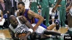 Forward Boston Celtics Kevin Garnett (5) merebut bola dari forward New York Knicks Jared Jeffries pada menit terakhir pertandingan kedua putaran pertama playoff NBA di Boston hari Selasa (19/4).