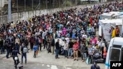 Para pengungsi dan migran menunggu dipindahkan dari Pulau Lesbos pulau utama Yunani, 3 Mei 2020.