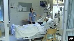 医疗人员检查病人的心脏跳动