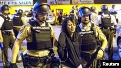 11일 미국 미주리 주 퍼거슨 시에서 경찰이 시위대를 체포하고 있다.