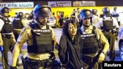 'Yansandan Ferguson yayin da suke kama masu zanga-zanga