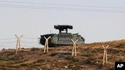 Quân đội Thổ Nhĩ Kỳ được trông thấy đóng gần thị trấn Akcakale, nơi 5 thường dân nước này thiệt mạng sau vụ tấn công của Syria. (AP)