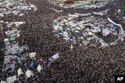 數以十萬計的反政府示威者星期五聚集在開羅的解放廣場
