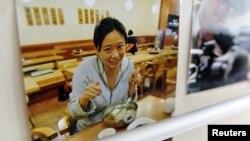 Foto koresponden media Al-Jazeera, Melissa Chan terpampang di kantor biro Beijing, Tiongkok (8/5). Al Jazeera terpaksa menutup biro di kota ini karena pemerintah setempat tidak memberikan perpanjangan ijin media dan visa bagi Melissa Chan.