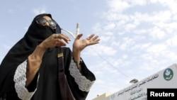Seorang perempuan Arab Saudi setelah memberikan suaranya.