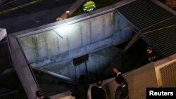 Polisi tengah memeriksa lokasi kecelakaan di pusat perbelanjaan Seongnam, Korea Selatan. (17/10).