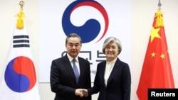 资料照:中国外长王毅在首尔与韩国外长康京和会晤。(2019年12月4日)