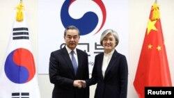 中國外長王毅在首爾與韓國外長康京會晤。 (2019年12月4日)