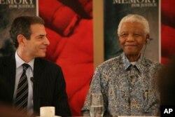 Tác giả cuốn sách Phong cách Mandela: 15 bài học về cuộc sống, tình yêu, và lòng can đảm, ông Richard Stengel, chụp cùng với ông Mandela