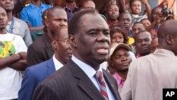 Le nouvel envoyé spécial de l'ONU au Burundi, Michel Kafando, au centre, 29 novembre 2015