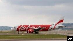 Pesawat AirAsia Airbus A320 di bandar udara internasional di Sepang, Malaysia. (Foto: Dok)