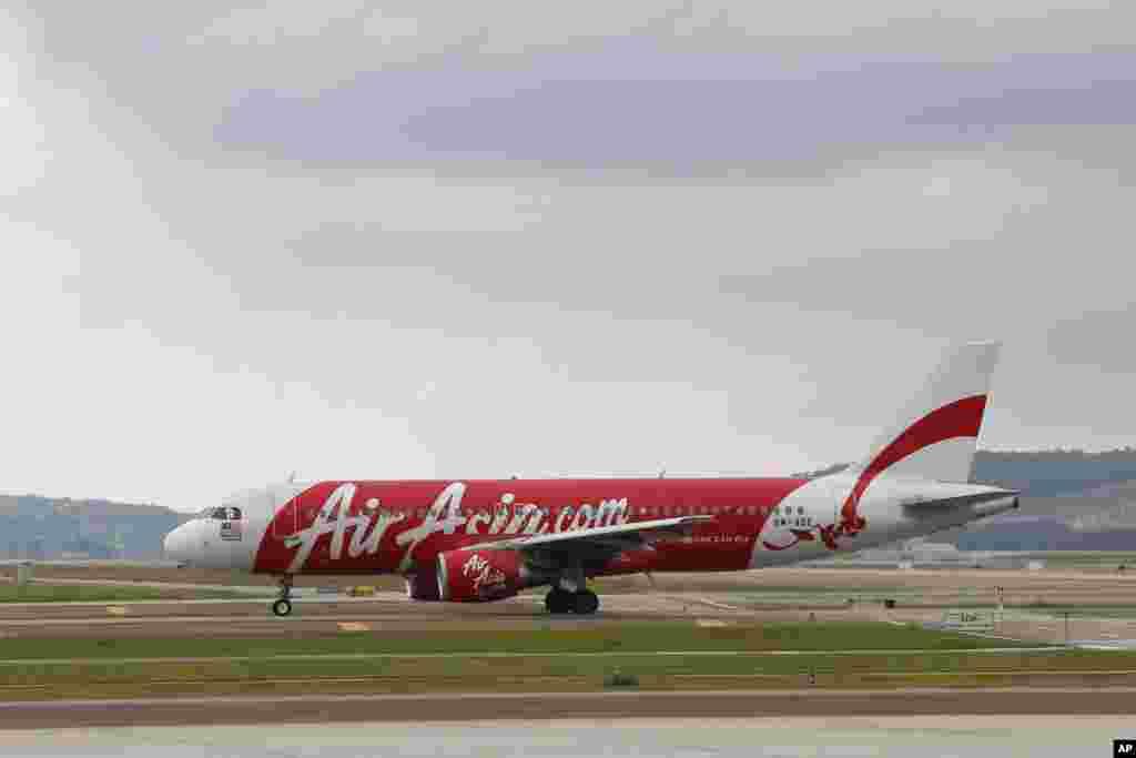 រូបភាពឯកសារ៖ យន្តហោះ Airbus A320 របស់ក្រុមហ៊ុនអាកាសចរណ៍ AirAsia ត្រូវបានឃើញចតនៅក្នុងតំបន់ Sepang ប្រទេសម៉ាឡេស៊ី កាលពីថ្ងៃទី២៦ ខែវិច្ឆិកា ឆ្នាំ២០១៤។
