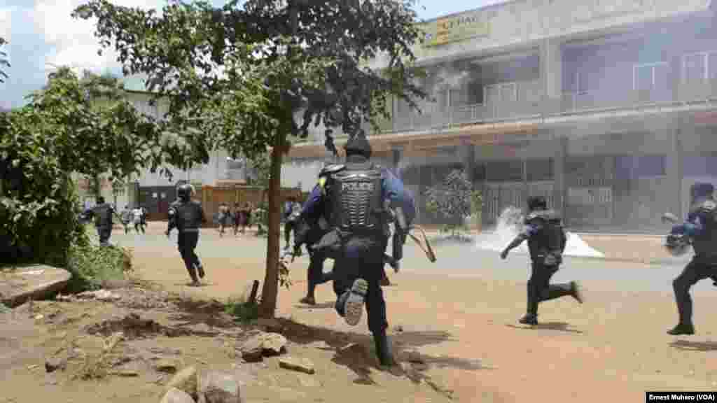 La police a dispersé la manifestation à Buvaku à coup de gaz lacrymogènes, le 25 février 2018. (VOA/Ernest Muhero)
