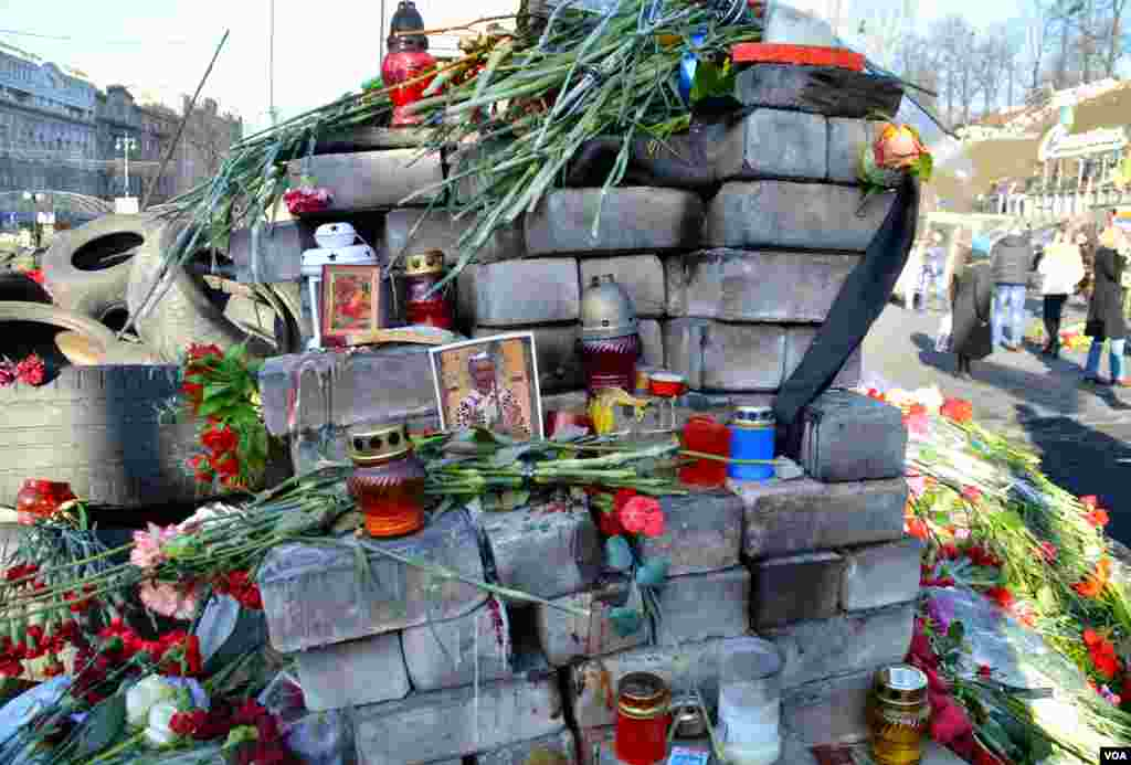 One of the shrines to those who were killed during clashes in the Independence Square in Kyiv, Ukrine, Mar. 8, 2014. (Jamie Dettmer/VOA)