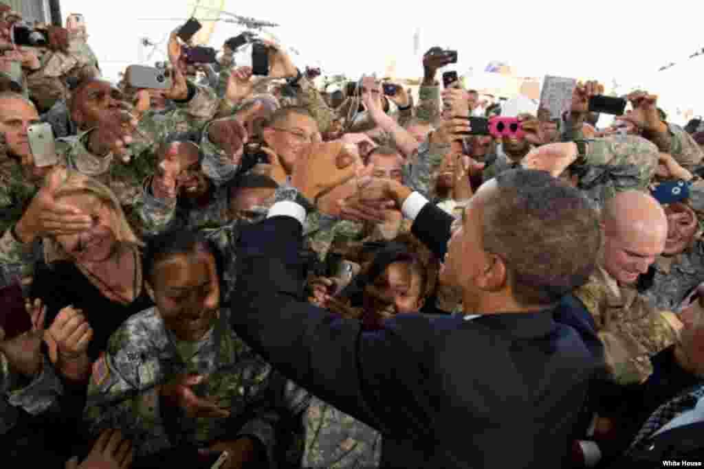 Tổng thống Obama bắt tay các quân nhân sau bài phát biểu tại Căn cứ quân sự Fort Bliss ở El paso, Texas, ngày 31/8/2012.(Hình: White House/Pete Souza)