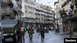 سربازان بلژیکی در خیابان های مرکزی بروکسل گشت می زنند - اول آذر ۱۳۹۴