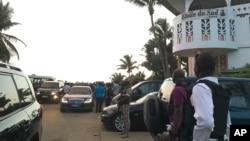 Un soldats monte la garde devant l'hôtel Etoile du Sud sur la station balnéaire de Bassam où a eu lieu l'attaque jihadiste, en Côte d'Ivoire, 13 mars 2016