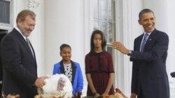 باراک اوباما رئیس جمهوری آمریکا در روز شکر گزاری به همراه دخترانش در کاخ سفید