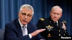 美国国防部长哈格尔(左)和参谋长联席会议主席登普希上将8月21日在五角大楼的记者会上