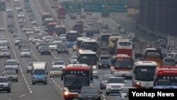설 연휴를 하루 앞둔 17일 경기도 성남시 분당구 궁내동 서울 톨게이트 인근 경부고속도로 하행선이 귀성차량으로 붐비고 있다.