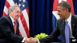 Presiden AS Barack Obama (kanan) ketika bertemu Presiden Kuba Raul Castro di markas PBB di New York, 29 September 2015 (foto: dok).