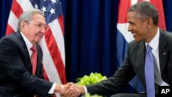 지난해 9월 바락 오바마 대통령(오른쪽)과 라울 카스트로 쿠바 국가평의회 의장이 미국 뉴욕 시 유엔 본부에서 양자회담을 가진 후 악수하고 있다. (자료사진)