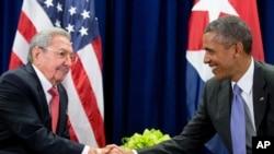 Američki predsednik Barak Obama i kubanski predsednik Raul Kastro razgovaraju u Njujorku.