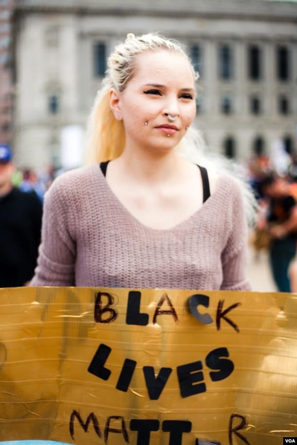 """美国俄亥俄州克利夫兰市反川普示威游行中,有人拿着标语""""黑人的命也是命""""(美国之音常晓拍摄)"""