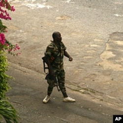 Costa do Marfim: Antigo chefe militar pede aos fieis de Gbagbo para deporem as armas