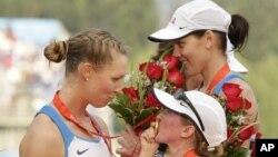 Miembros del equipo de remo de Estados Unidos celebran su medalla de oro, la segunda en esta especialidad.