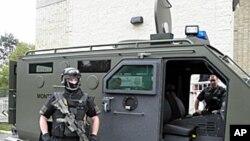 地方特警向民众展示装备