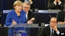 Kanselir Jerman Angela Merkel (kiri) dan Presiden Perancis Francois Hollande memberikan pidato di depan Parlemen Eropa di Strasbourg, Perancis hari Rabu (7/10).
