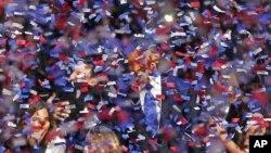 Obama tersenyum dibalik tebaran confetti setelah menyampaikan pidato kemenangannya di depanp ara pendukungnya di Chicago, Rabu dini hari (7/11/2012)