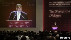 Bộ trưởng Quốc phòng Mỹ Leon Panetta phát biểu tại cuộc Ðối thoại Shangri-La ở Singapore, ngày 2 tháng 6, 2012.