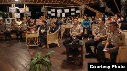 Para Kapolsek dan aktivis/pendamping Rumah Perlindungan Perempuan dan Anak (RPPA) Mosintuwu menyaksikan kegiatan penandatangan nota kesepahaman. (Foto: Institut Mosintuwu)