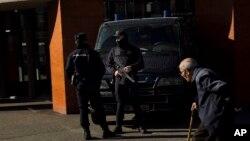 Polisi khusus Spanyol melakukan penggerebekan dalam operasi anti-teror (foto: ilustrasi).