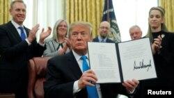 """美國總統特朗普在白宮橢圓形辦公室展示了""""第4號航天政策令""""。(2019年2月19日)"""