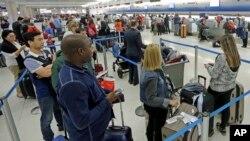 """Un funcionario del de Miami aseguró a un canal de televisión que viajeros de """"más de 30 vuelos internacionales fueron afectados""""."""
