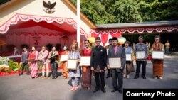 Penerima Penghargaan Ambassador's Award in Art and Culture bersama Duta Besar RI Mahendra Siregar (depan, kedua dari kanan). (Courtesy: KBRI Washington DC).