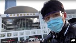 中國公民記者陳秋實在中國中部湖北省武漢市一場病毒性疫情中,在一家會議中心改建的臨時醫院前面。 (2020年2月4日)